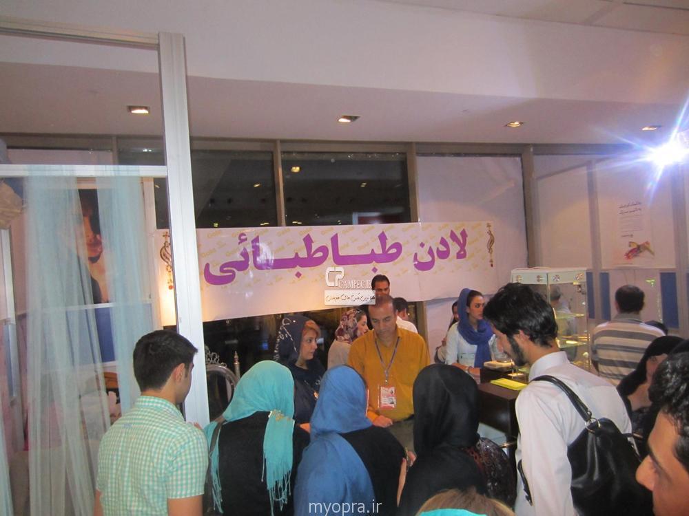 عکس لادن طباطبایی در طلا فروشی اش