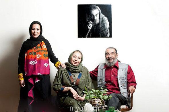 انوشیروان ارجمند در کنار خانواده اش