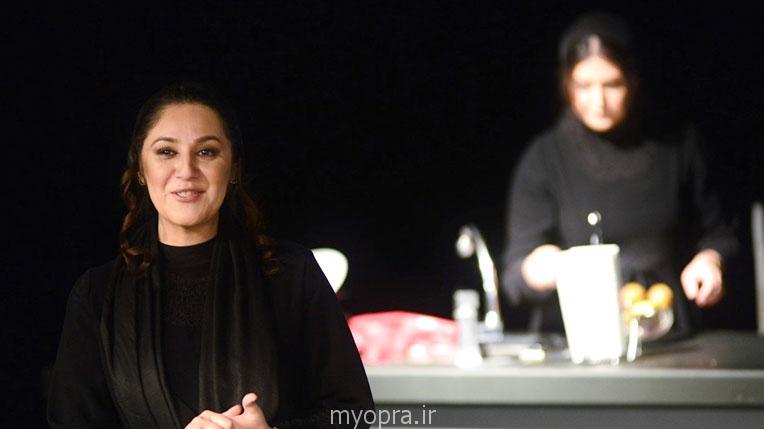 ستاره اسکندری در حال اجرای تئاتر