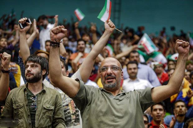 عکس های جالب بازیگران در بازی والیبال ایران و آمریکا