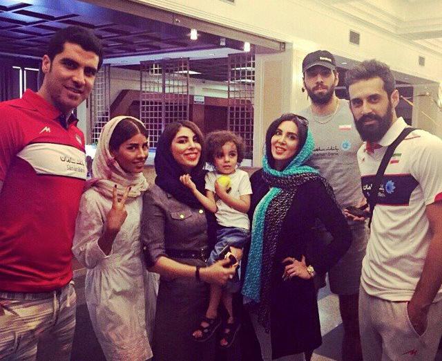 لیلا بلوکات در کنار والیبالیست های  تیم ملی ایران
