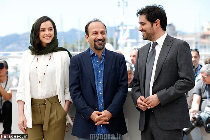 "CANNES, FRANCE -Iranian director Asghar Farhadi waves on May 21, 2016 during a photocall for the film ""The Salesman Images)"