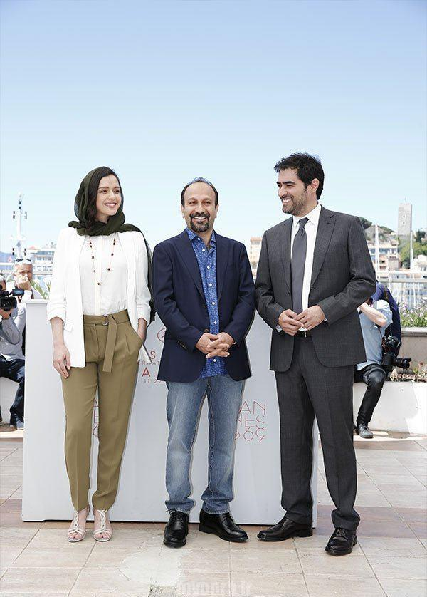 "Iranian director Asghar Farhadi waves on May 21, 2016 during a photocall for the film ""The Salesman"
