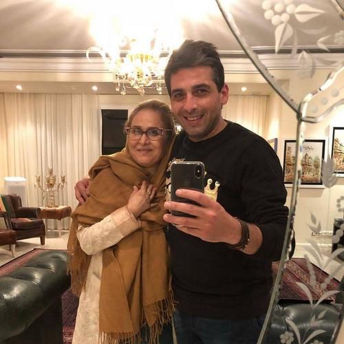 افراد مشهور در کنار مادرشان